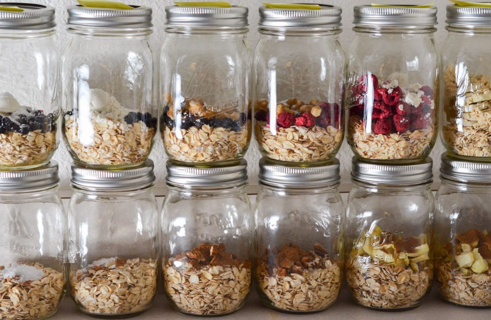 Instant Oatmeal Jars: Easy, Cheap, Filling, and Healthy. Over 15 recipes, directions, and calorie information. And free printable!